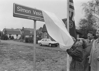 800px Straatnaambord Vestdijkhof in Doorn onthuld door mevrouw mr A C M Ve Bestanddeelnr 933 8152