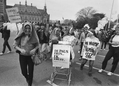 Boeken-15-Bezoek_Paus_Johannes_Paulus_II_aan_Nederland_demonstranten_bij_Vredespaleis_Bestanddeelnr_933-3281