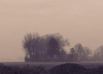 III-6-Eerste-etappe-Buisscheure-Abeele-Straete-zicht-op-boerderij-tussen-bomen