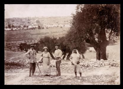 RECENSIE 4 2 De wereldwandelaars met een Arabier op de Olijfberg bij Jeruzalem ca 1913 1914 c Joods Historisch Museum